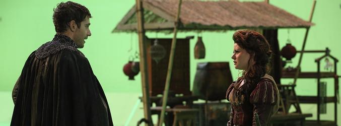 Julian Morris (izq) junto a Emilie de Ravin (dcha) en el rodaje de 'Once Upon a Time'