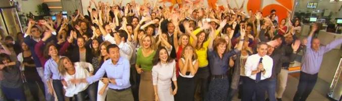 El equipo al completo de 'Antena 3 Noticias' y 'Espejo público' en una secuencia del flashmob navideño