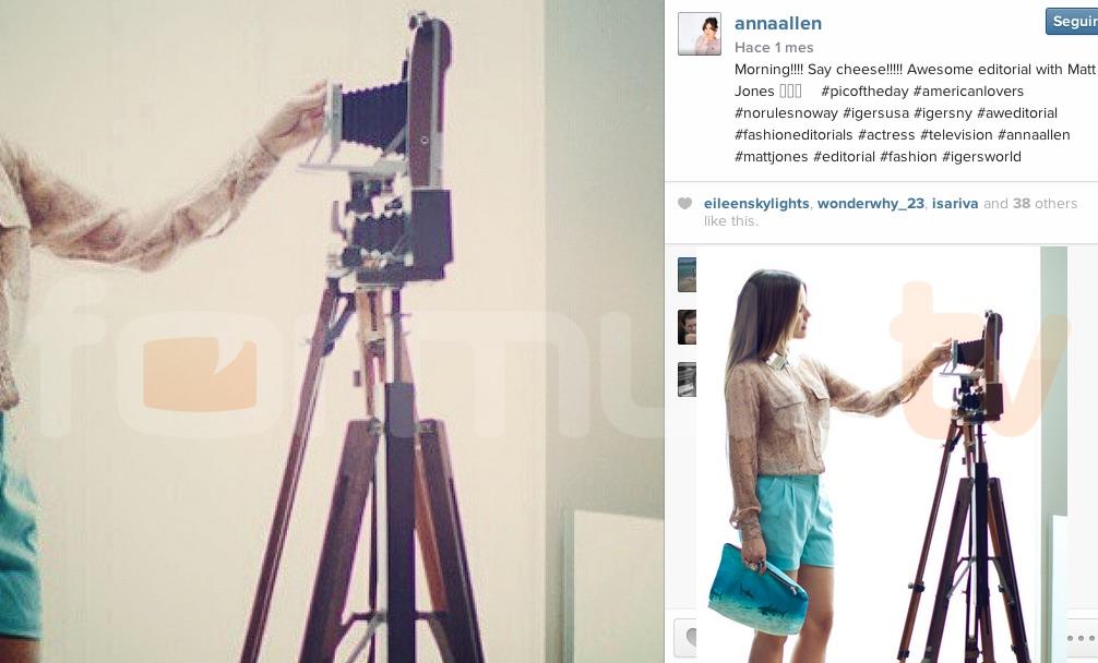 Anna Allen coge una foto de Sophia Bush en una sesión de fotos