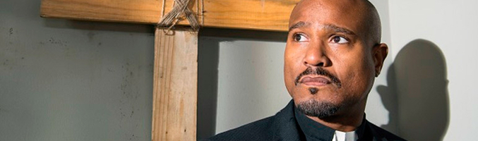 Seth Gilliam interpretando al padre Gabriel