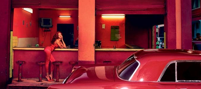 Rihanna en un coche rojo