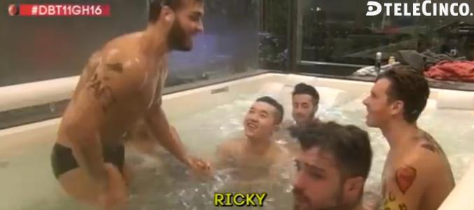 Sin Censura Ricky Gh 16 Se Desnuda Y Se Mete En La Ducha Con Sofía