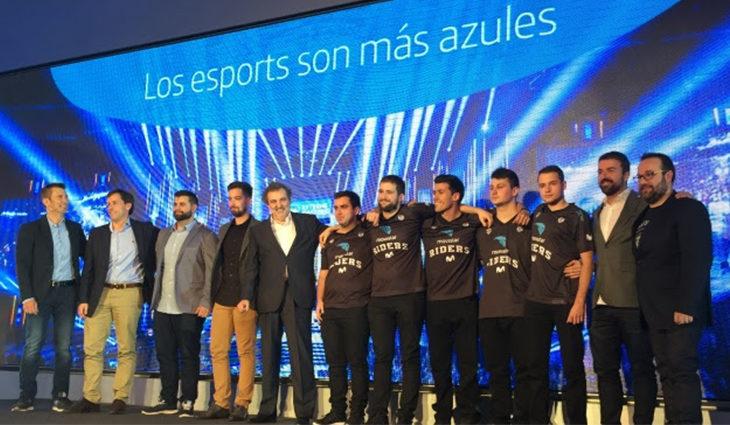 Foto de familia del equipo de jugadores y directos de Movistar eSports. Vía Movistar