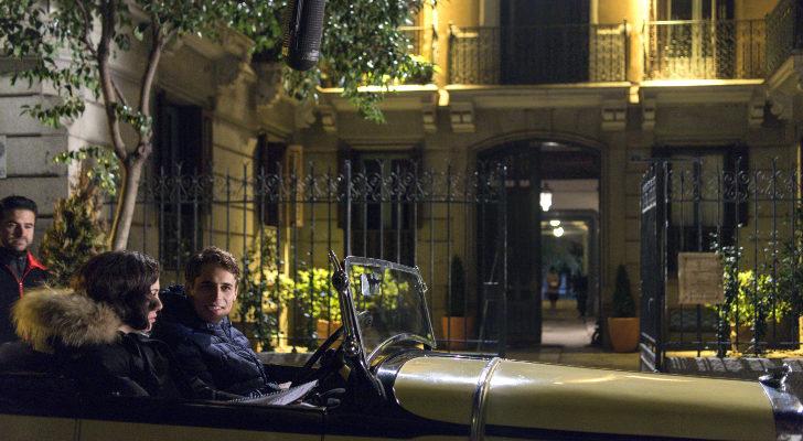 Blanca Suárez y Martín Rivas en un rodaje en exteriores en 'Las chicas del cable'
