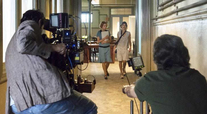 Maggie Civantos y Nadia de Santiago en uno de los pasillos de la zona de trabajo de 'Las chicas del cable'