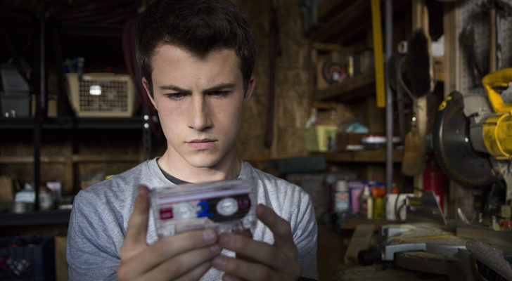 Clay recibe trece cintas para resolver el misterio de la muerte de Hannah