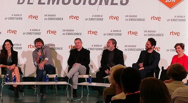 Susana Córdoba, Salva Reina y Javier Olivares, entre el equipo de TVE y 'Malaka'