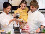 """""""Sin reservas"""": Kate, una jefa de cocina, tiene que aprender a lidiar con su nuevo ayudante mientras cuida de su sobrina"""