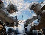 """Mientras repara un satélite en su primera misión en el espacio, la doctora Ryan Stone sufre complicaciones por el impacto de basura espacial y debe tratar de sobrevivir en este duro contexto en """"Gravity"""""""