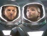"""Dos personas viajan a un planeta lejano. Sin embargo, por un error se despiertan antes de llegar a su destino, por lo que tendrán que convivir solos en una nave espacial en """"Passengers"""""""
