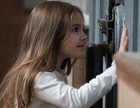 Hugo y Julia escapan del CIM sin rescatar a Marta en 'La valla'. Piden ayuda al ministro, pero cuando regresan al lugar Marta ya no está ahí
