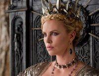 """La envidia de la Reina es tal que manda asesinar a Blancanieves, pero no cuenta con el papel del cazador en """"Blancanieves y la leyenda del cazador"""""""