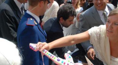 Los novios que le regalaron la guitarra al Papa