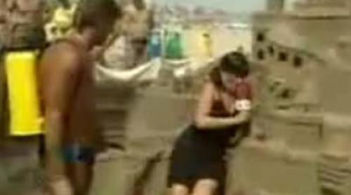 Paqui Peña destruye un castillo de arena