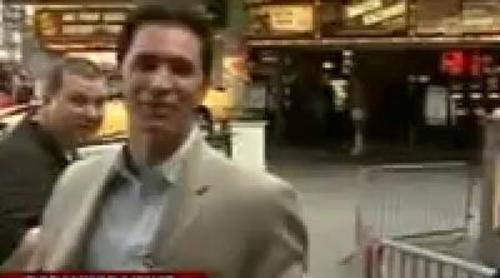 Un reportero de ABC golpea a un fan borracho de Michael Jackson