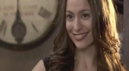 Adriana intenta seducir a Mateo con un vestido muy sexy