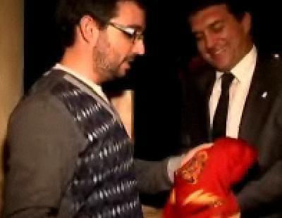 El Follonero le entrega a Laporta la camiseta de la Selección Española