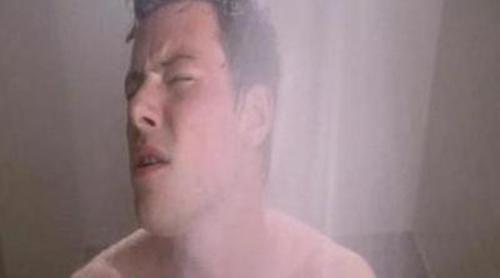 Will observa a Finn cantando en la ducha en 'Glee'