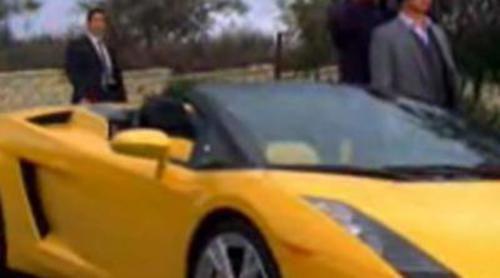 Patrick Jane conduce un deportivo con los ojos vendados