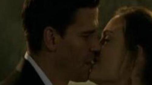 El beso entre Booth y Brennan en el capítulo 100 de 'Bones'