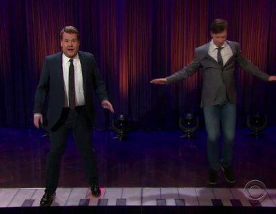 """James Corden y Sean Hayes tocan el """"Sorry"""" de Justin Bieber en el piano gigante de """"Big"""""""