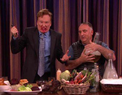 """José Andrés cocina una hamburguesa de remolacha con Conan: """"Eres un tipo raro"""""""