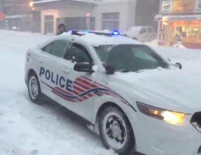 """Los coches de policía de Washington DC, con la música de """"Frozen"""" en plena nevada"""