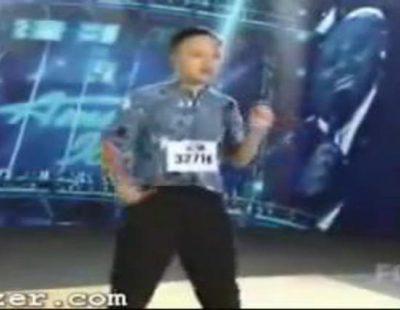 """William Hung (mal)interpreta """"She Bangs"""", la popular canción de Ricky Martin"""