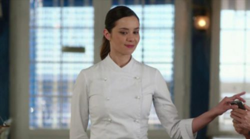 Mati (Dafne Fernández) se marcha a Londres y Sergi le propone hacerse cargo del 'Chiringuito de Pepe' un día entero