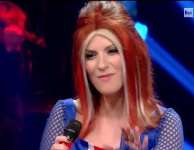 "Laura Pausini se disfraza de Geri Halliwell para cantar ""Wannabe"" de las Spice Girls"
