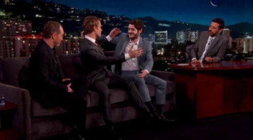 ¡Theon y Ramsay se besan! Así fue el momentazo protagonizado por los actores de 'Juego de Tronos' en 'Jimmy Kimmel Live'