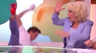 La aparatosa caída de John Barrowman en directo en 'Loose Women' en ITV
