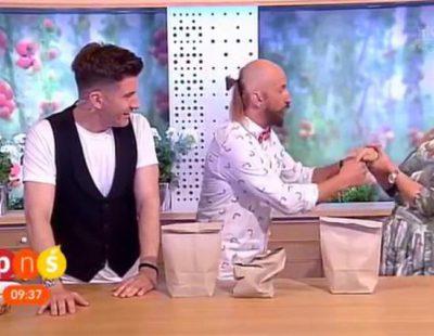 Un mal truco de magia cuesta a una presentadora irse al hospital: se clava un clavo en la mano
