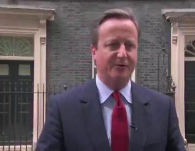 David Cameron tararea una canción al despedirse de los medios