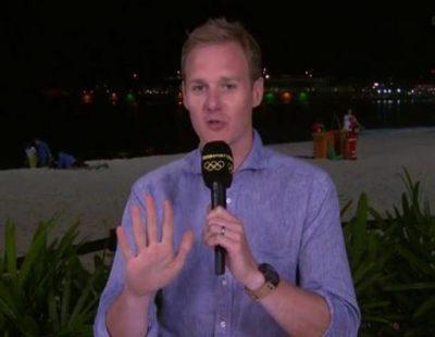 Un periodista deportivo de BBC se sorprende al ver una pareja practicando sexo en la playa detrás de él
