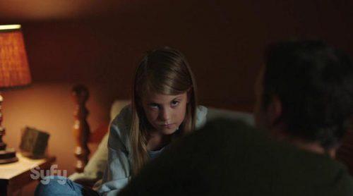 Una niña cree ver algo detrás de su padre en el nuevo avance de 'Channel Zero'
