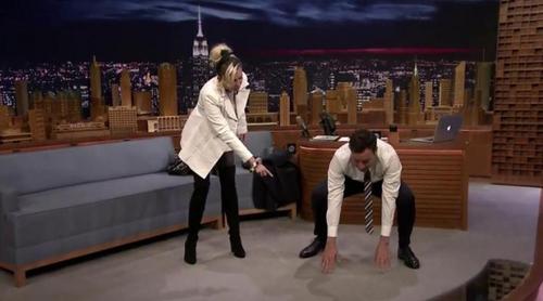 Miley Cyrus enseña a Jimmy Fallon a hacer Yoga en directo en 'The Tonight Show'