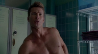 'Scream Queens': John Stamos y Glen Powell se pelean desnudos por el tamaño de sus penes