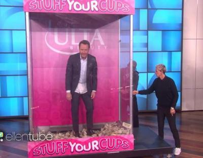 Bryan Cranston visita a Ellen para recaudar dinero metiéndoselo en los calzoncillos