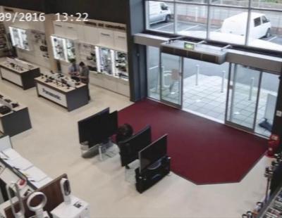 El descuido de un cliente acaba costando miles de dólares a una tienda de televisores
