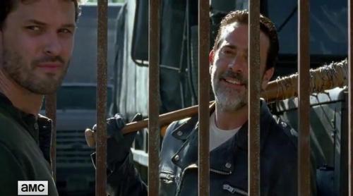 Negan llega a Alejandría con un inesperado invitado en 'The Walking Dead'