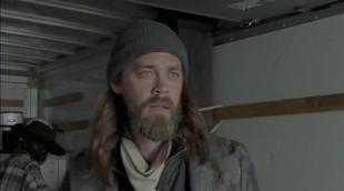 """'The Walking Dead': Invitados sorpresa llegan al campamento de Negan y Los Salvadores en """"Sing Me a Song"""""""