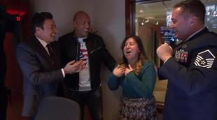 'The Tonight Show': Jimmy Fallon y Dwayne Johnson organizan el reencuentro entre un militar y su mujer