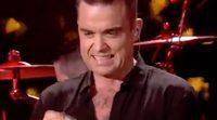 Robbie Williams usa desinfectante de manos tras tocar a unos fans en una actuación
