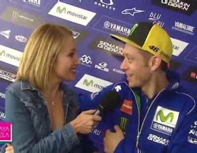 Una reportera de Canal Sur le pide a Valentino Rossi ser la madre de sus hijos