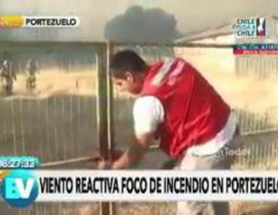 Un reportero graba cómo un hombre intenta abrir un candado sin saber que al lado había acceso