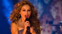 Paulina Rubio se cae aparatosamente del escenario durante un concierto en México