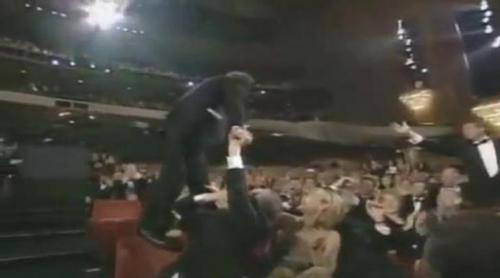 Roberto Benigni se sube a las butacas tras ganar el Oscar