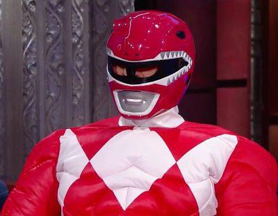 Bryan Cranston sorprende a Stephen Colbert como el nuevo Power Ranger Rojo