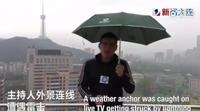 Un reportero chino es alcanzado por un rayo en directo mientras informaba sobre las fuertes tormentas